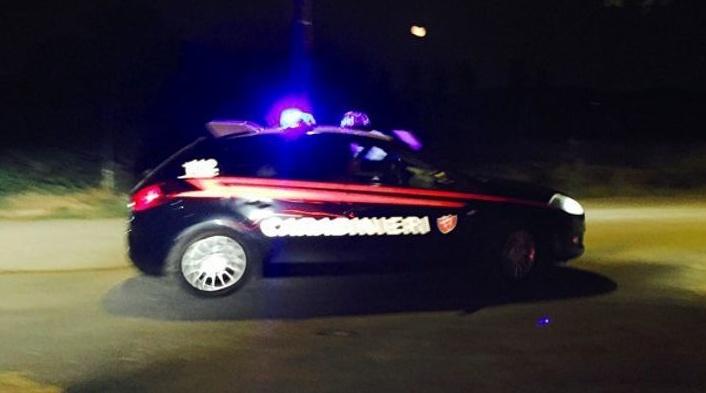fugge dai carabinieri