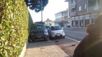 Tampona due auto