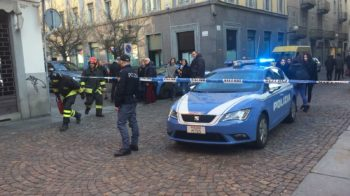 Esce fumo da una grata, polizia e vigili del fuoco in via Italia