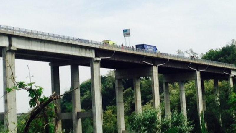 Si lancia dal ponte della tangenziale AGGIORNAMENTO