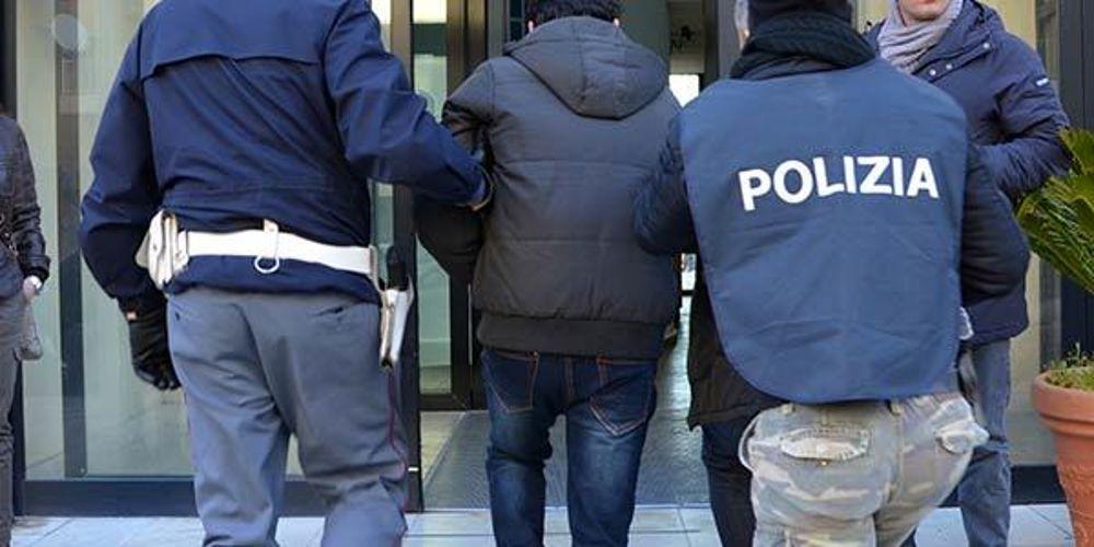 aggredisce poliziotti