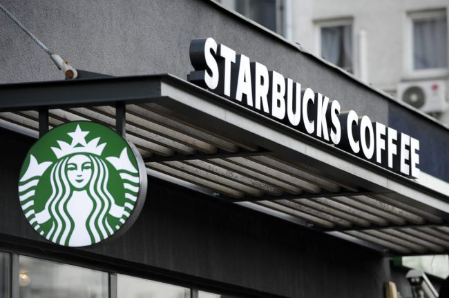Starbucks apre a Milano, festa in piazza