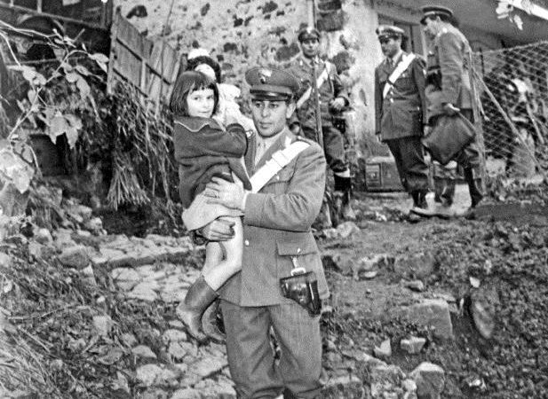 bambina carabiniere