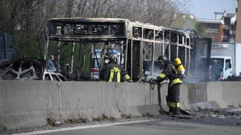 Dà fuoco all'autobus